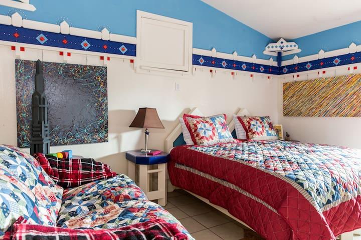 SUNNY SIDE INN - Cozy & full of color, art & fun - Elk Grove - Daire