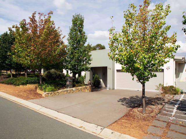 Large modern  home - Jerrabomberra - Huis