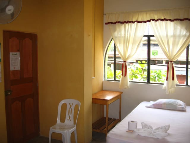 Cozy, neat & economic room for 1 person in Iquitos - Iquitos - Aamiaismajoitus