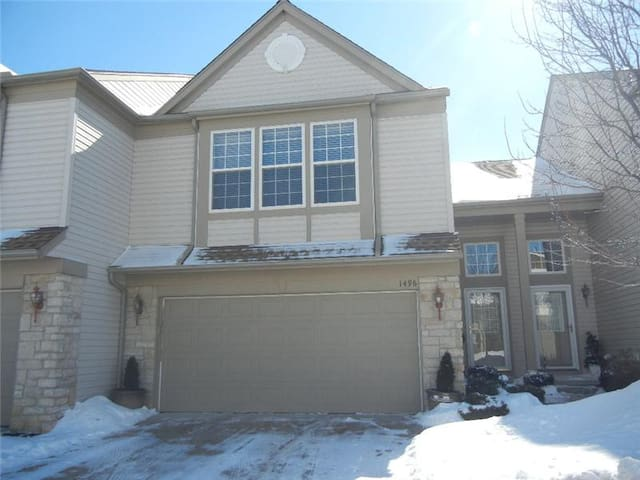 Perfect for RNC 2 Bedroom 2.5 Bath Townhouse - Broadview Heights - Adosado