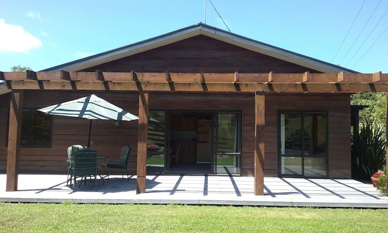 Secluded country lodge surrounded by gardens. - Matamata