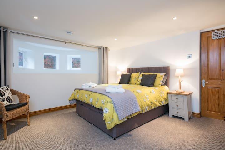 Fabulous, light, spacious 2 bedroom basement flat. - Stretford - Appartement