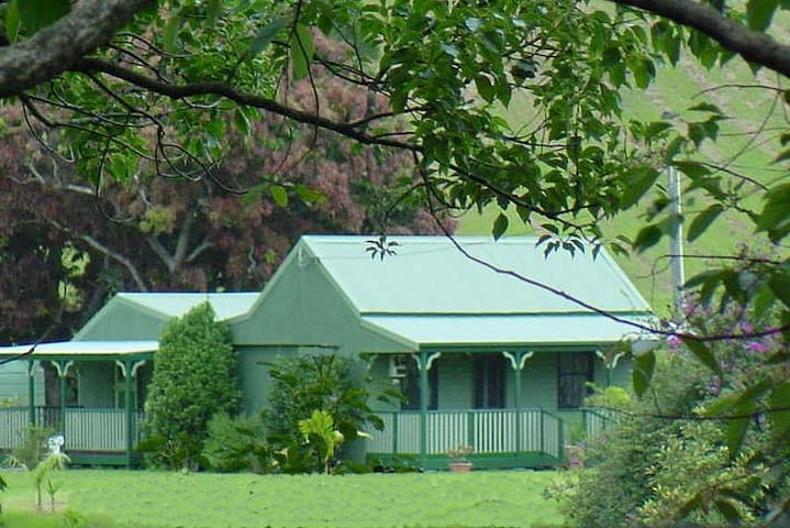 Serene, historic country cottage. Stay on own farm - Crystal Creek - Bungalow
