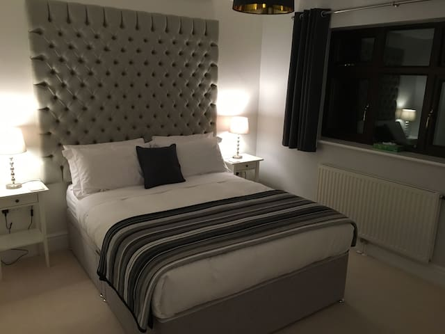 Modern Ensuite Double Room with King Size Bed - Bromsgrove - Huis
