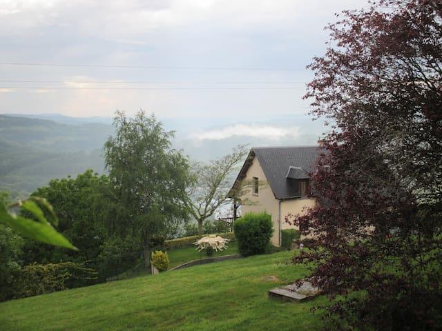 Chambre privée, superbe vue sur le Lac - Castelnau-de-Mandailles