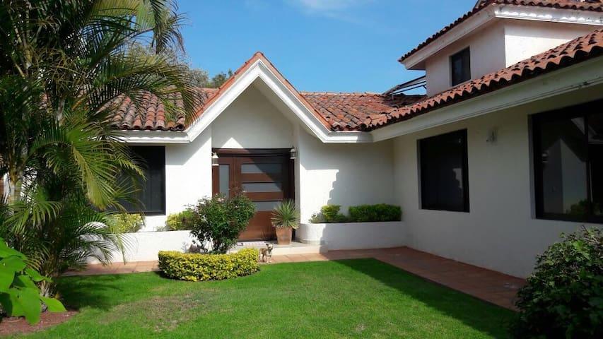 Casa amplia en Praderas de la Hda - Celaya - Huis