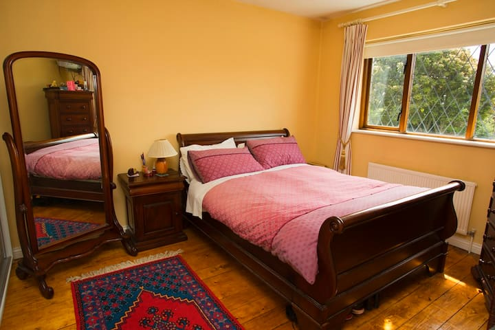 5 minutes walk to Eyre Square - Galway