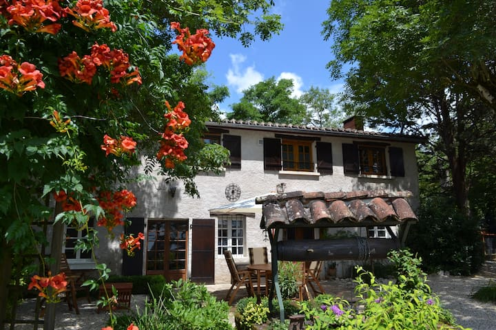 East room in charming chambre d'hote with view - Saint-Jean-de-Marcel - Bed & Breakfast