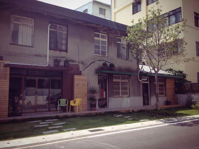 嘉義市一個可以喝飲料&用餐&過夜的傢俱賣場背包客棧! 平日600起 共用衛浴 - 东区 - Dom