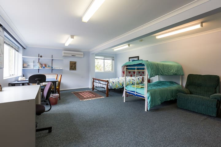 Giant room, Queen & bunk beds with garden view - Oakleigh East - Maison