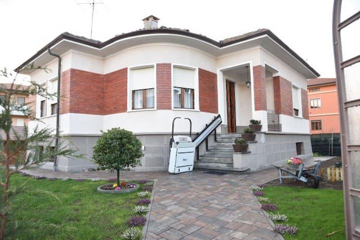 L'Agrifoglio,villa tranquilla  in centro citta' - Gattinara - 別荘