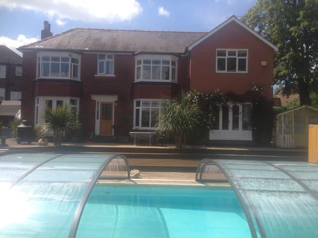 Double room, en suite shower & heated pool - Sheffield - Rumah