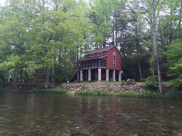 Red cabin on  Loyalsock creek - Williamsport - Cabaña