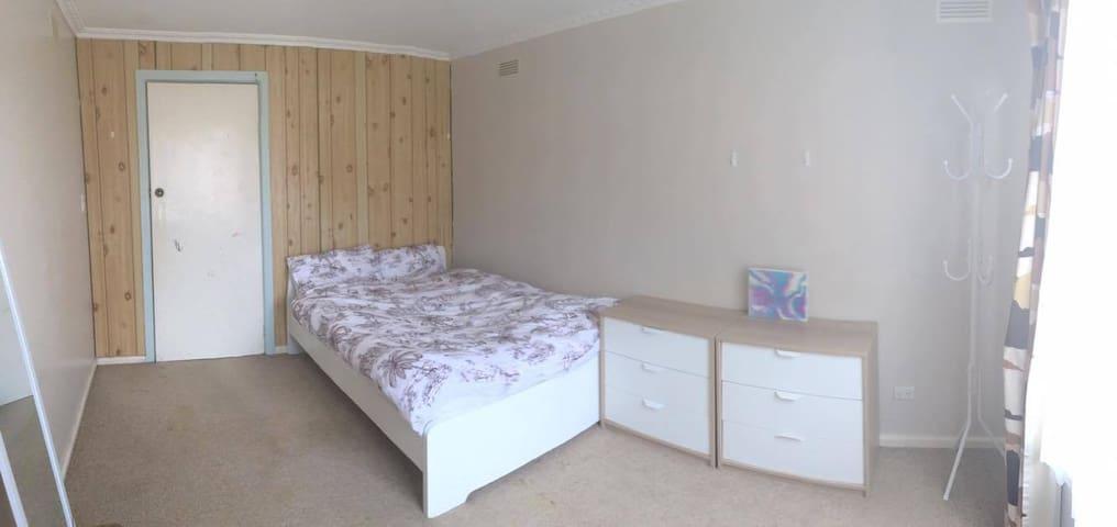 Cozy, inner city bedroom - Yarraville