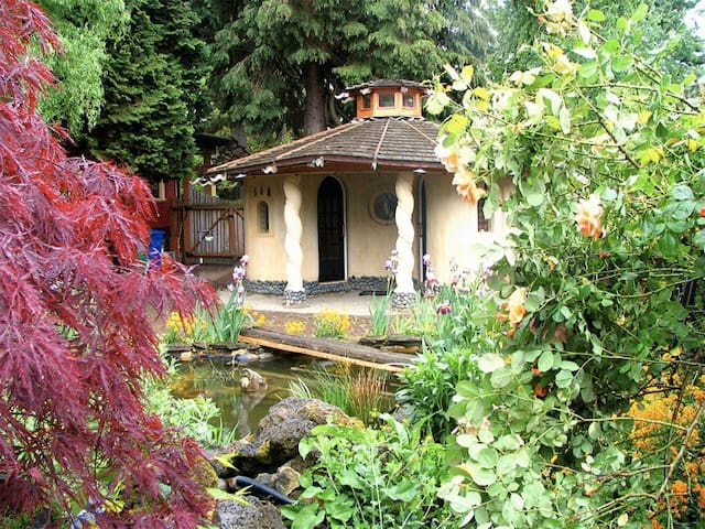 Earthen Cob Cottage near large pond - Portland