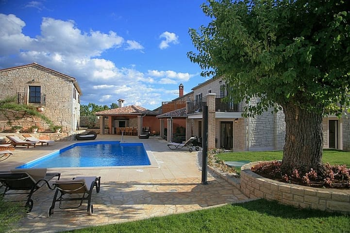 Villa Radetici with swimming pool - Tinjan