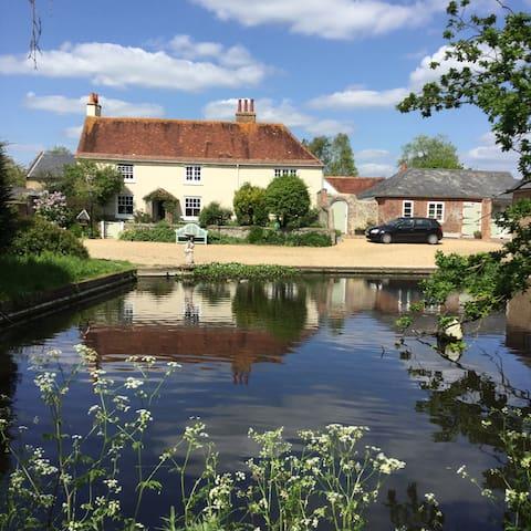 Traditional farmhouse with duckpond - Yapton