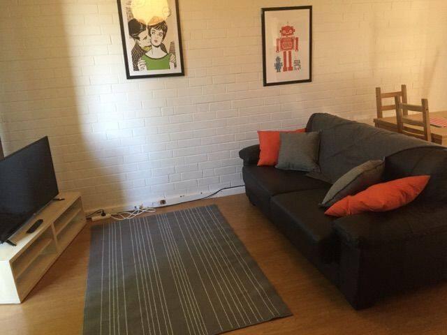 Entire One Bdrm unit - free wifi & parking - Wembley - Lägenhet