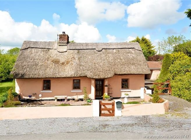 Beautiful thatched cottage with ample parking - Shrule