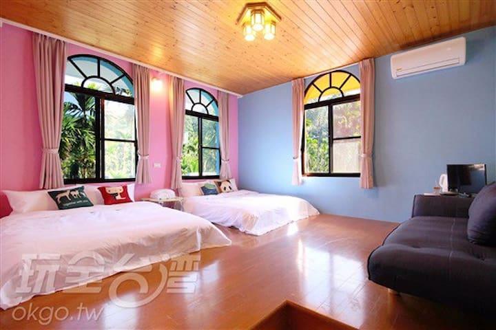 繽紛四人房 非常適合親子入住 空間寬敞 房間採光明亮 窗外一片片檳榔樹 - 魚池鄉 - Ev