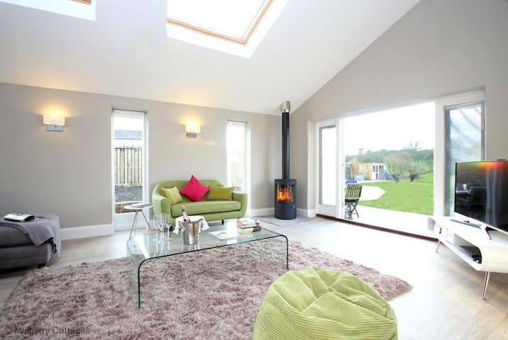 The Orchards, Sleeps 4, semi-detached farm cottage in a very quiet lane within 5 miles of Glastonbury. - Glastonbury - Casa