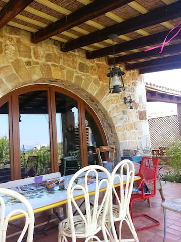 Παραδοσιακό πέτρινο διώροφο σπίτι στην πλαγιά - Chalcis - Şehir evi