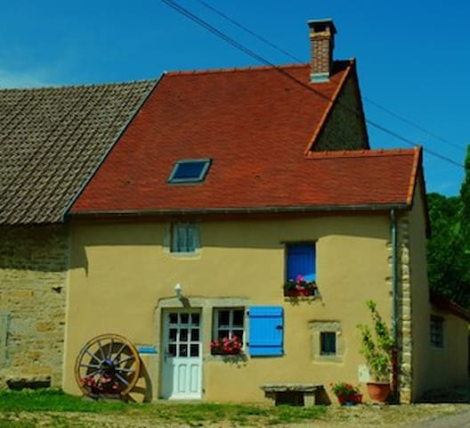 4 *  Listed Beautifully renovated farm cottage - Bellenot-sous-Pouilly - Ev