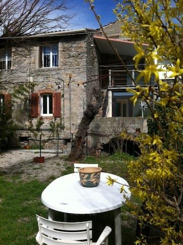 gite dans une maison de village - Saint-Brès - 公寓