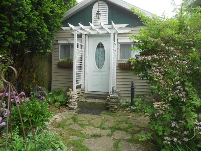 Island Cottage for Two - Kelleys Island - Bungalov