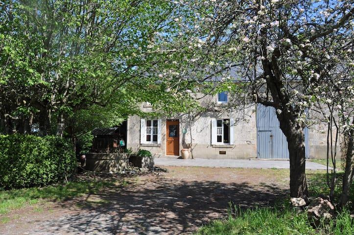 LA CHARMILLE, Typical restored farmhouse in Creuse - Nouzerolles - Hus