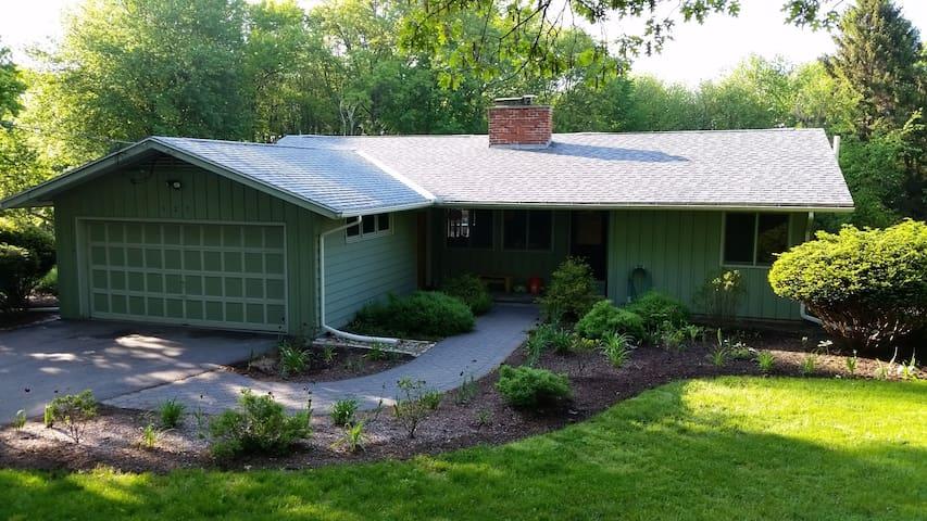 3 BR kid/pet friendly house on an acre - Hadley - Ev