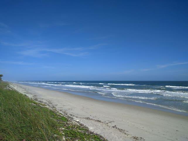 Oceanfront Cozy Cabana Studio - Satellite Beach - Hus