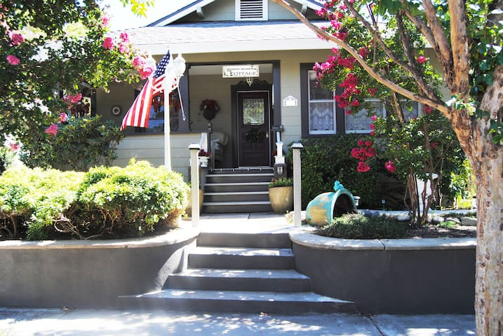 """RoddRose Cottage""  A true B&B experience - Roseville"