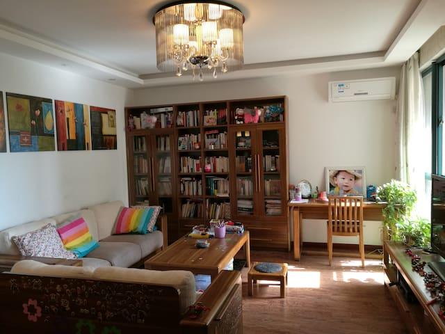 精装2室2厅1卫,紧邻地铁、南京南站,通行方便、居住温馨舒适安静。 - Nanjing