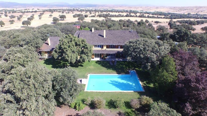 Private estate very near Madrid - Ciudalcampo - Huis
