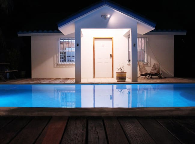 Poolside private family villa - steps to the beach - 別荘