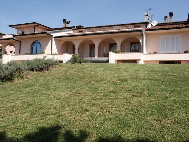 Lovely modern villa in Tuscany - San Romano - Casa
