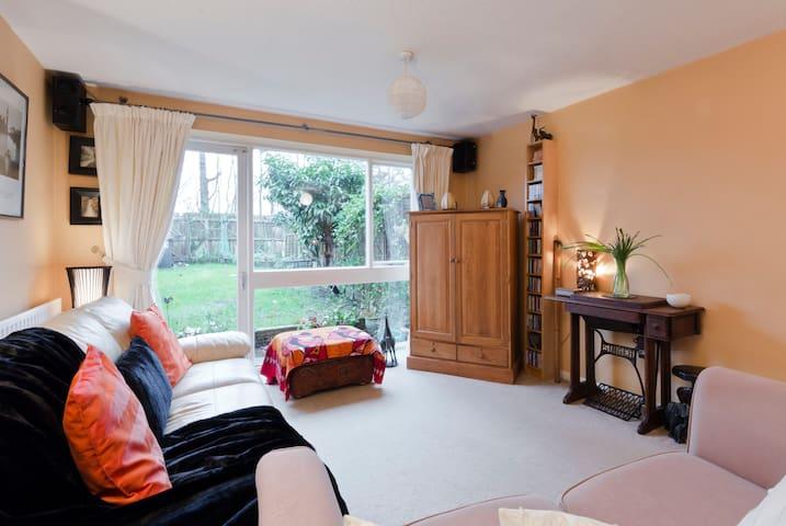 Double Room in quiet neighbourhood. - Knaphill - Ev