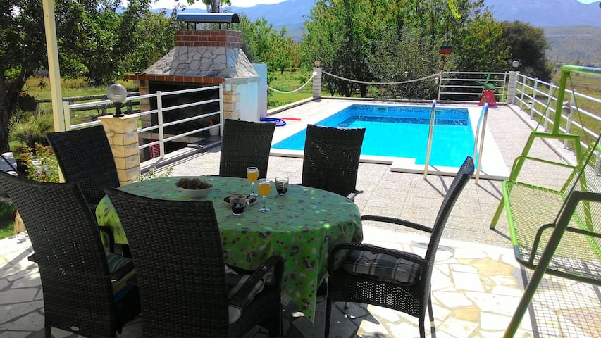Charming villa with swimming pool - Krušvar