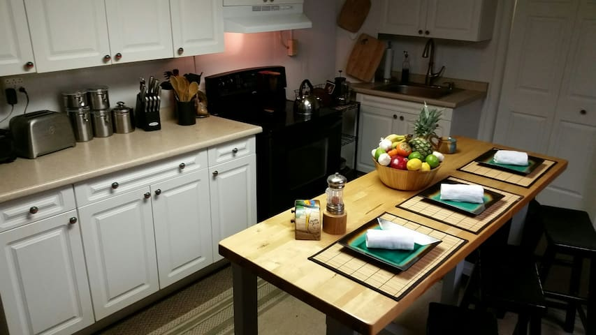 Urban Main Street Loft! 2 private rooms available! - Bedford