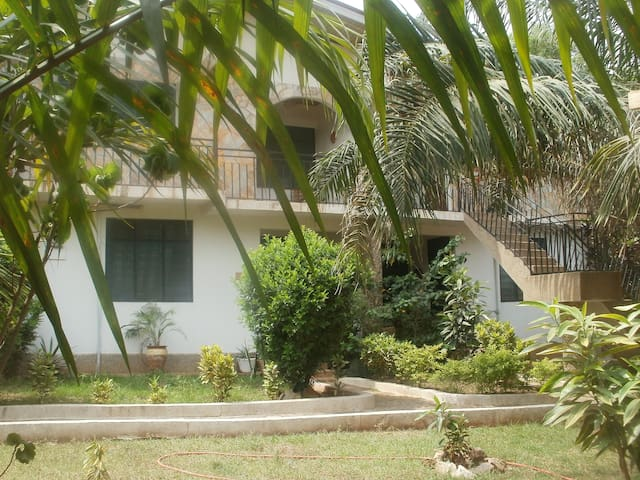 Cool, 'eco chic' flat in pretty gardens with Cafe! - Accra - Leilighet