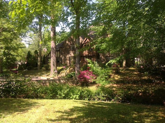 Beautiful 1 bedroom apt. in Tudor house - Wynnewood - Daire