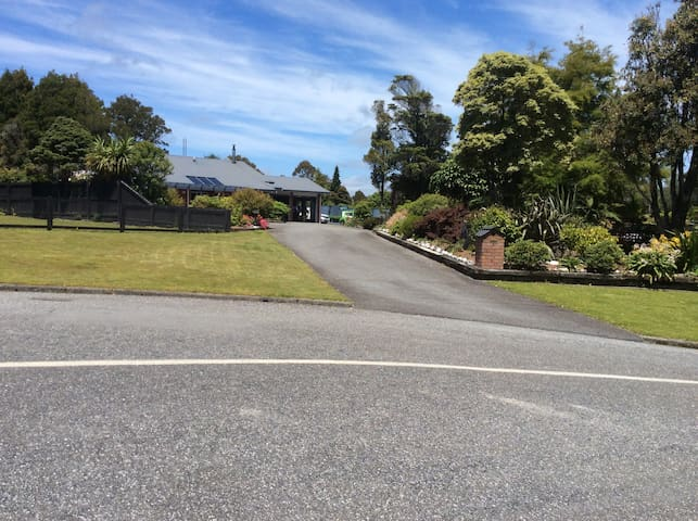 Modern, warm and friendly home - Greymouth