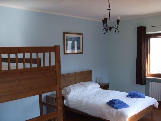 Family bedroom, views over vineyards - Robini