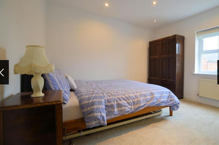 Ensuite king size bed in peaceful location - Mortimer - Ev