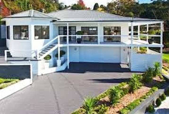 BEAUTIFUL GET AWAY OVER LOOKING SYDNEY - Kurrajong Heights - Huis