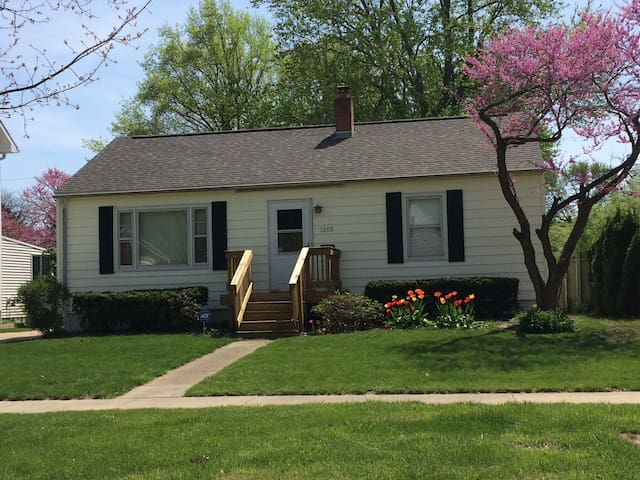 Updated home in Champaign - 섐페인