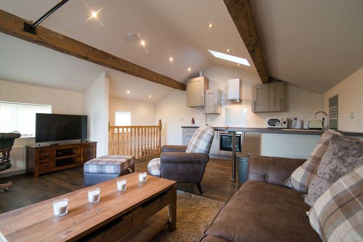 Beautiful modern spacious home with parking - Holmfirth - Huis