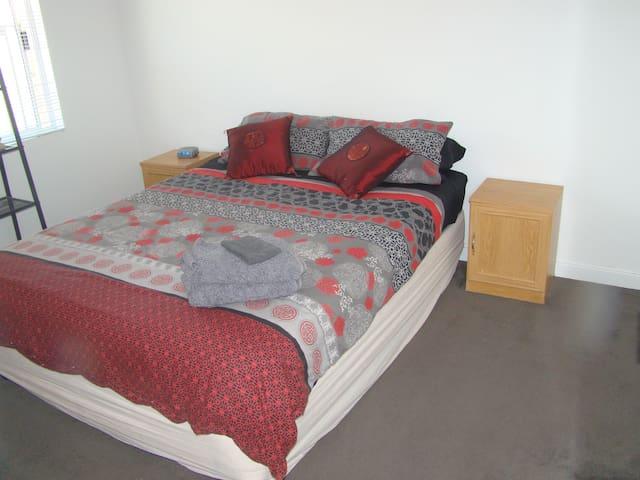 Enjoy Kiwi (NZ) Hospitality (Room 2) - Champion Lakes