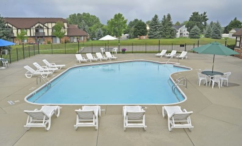 1 bedroom - queen bed - whole apartment - pool - Grand Blanc - Daire